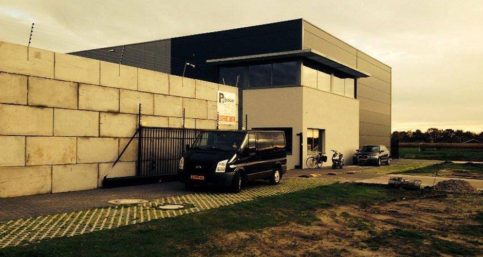 Modern ontwerp bedrijfspand Rijsouw Recycling, door Nederlands architectenbureau IHC architects
