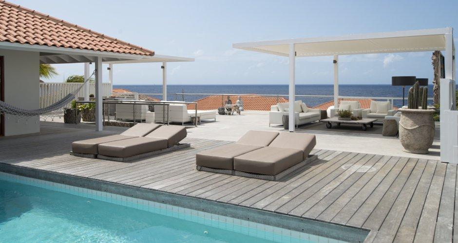Ontwerp Curacao luxe villa pooldeck door IHC architects