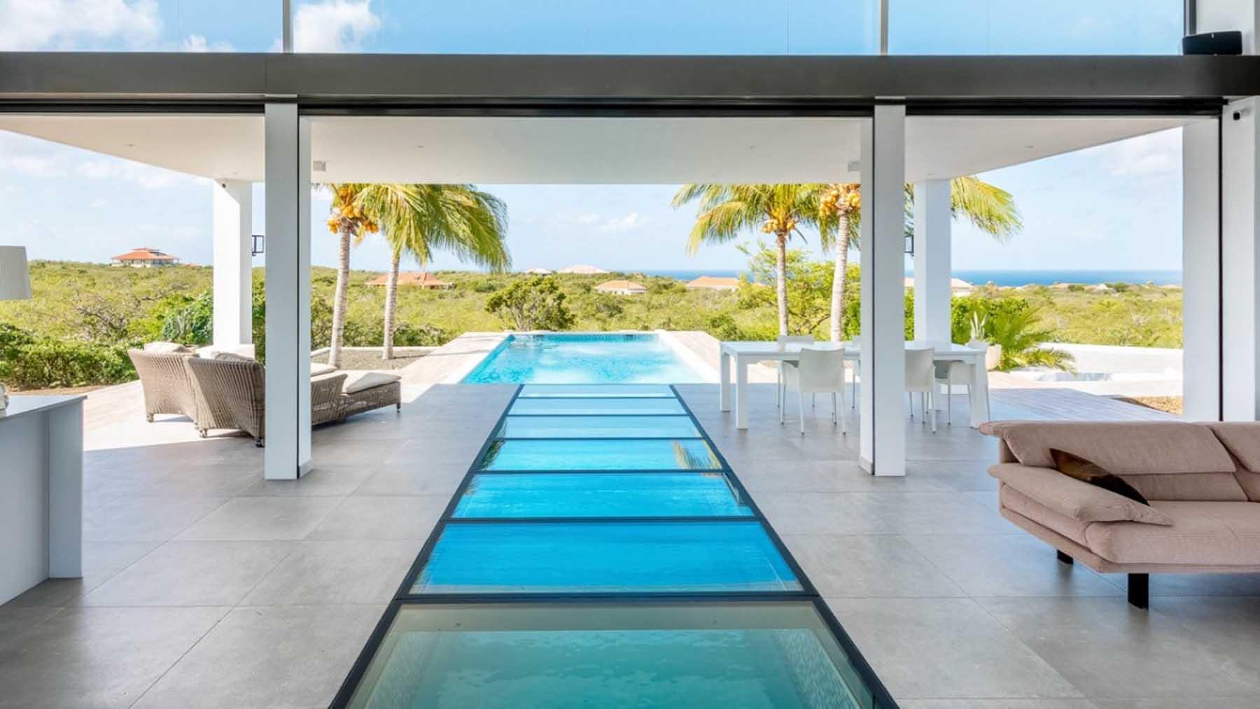 Glazen vloer zwembad binnen buiten terras tropisch modern coral