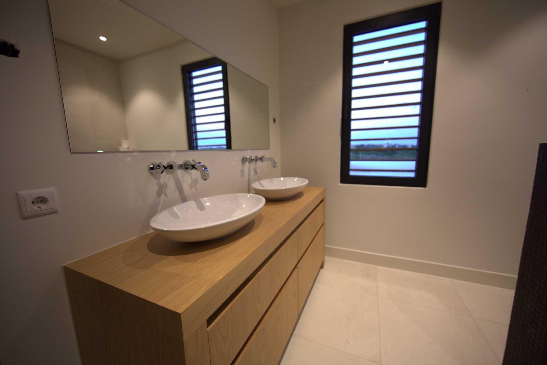 Badkamer tropisch hout modern interieur handgemaakt ihc